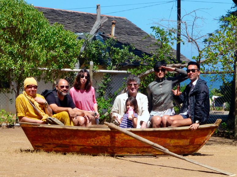 """Los habitantes del """"reality""""  en Isla Negra. De izquierda  a derecha: Pedro Lemebel, yo, Guadalupe, Sergio Parra,  Anita, la China y El Chino,  todos en la barca de Parra.  Foto de Arturo Higa."""